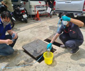 เจ้าหน้าที่สำนักงานบริหารระบบกายภาพและคณะทำงานทีมสำรวจสาธารณูปโภคใต้ดิน ระบบน้ำเสีย เข้าทำการสำรวจท่อระบายน้ำเพื่อเก็บตัวอย่างน้ำ หลังจากทำการบำบัดแล้ว ณ อาคารเฉลิม บูรณะนนท์